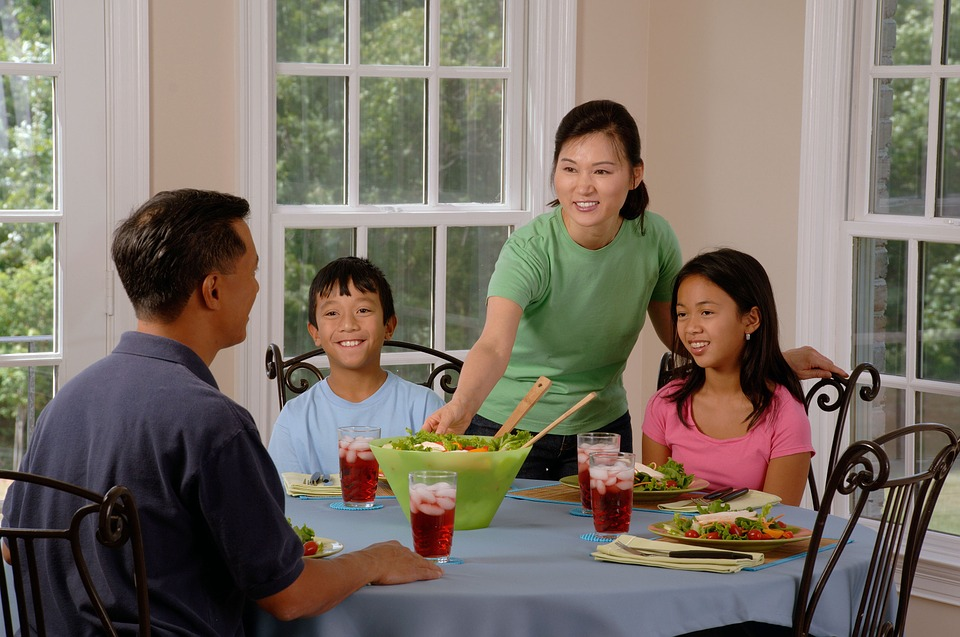 family-eating-at-the-table-619142_960_720